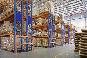 倉庫與多層貨架在一家工廠